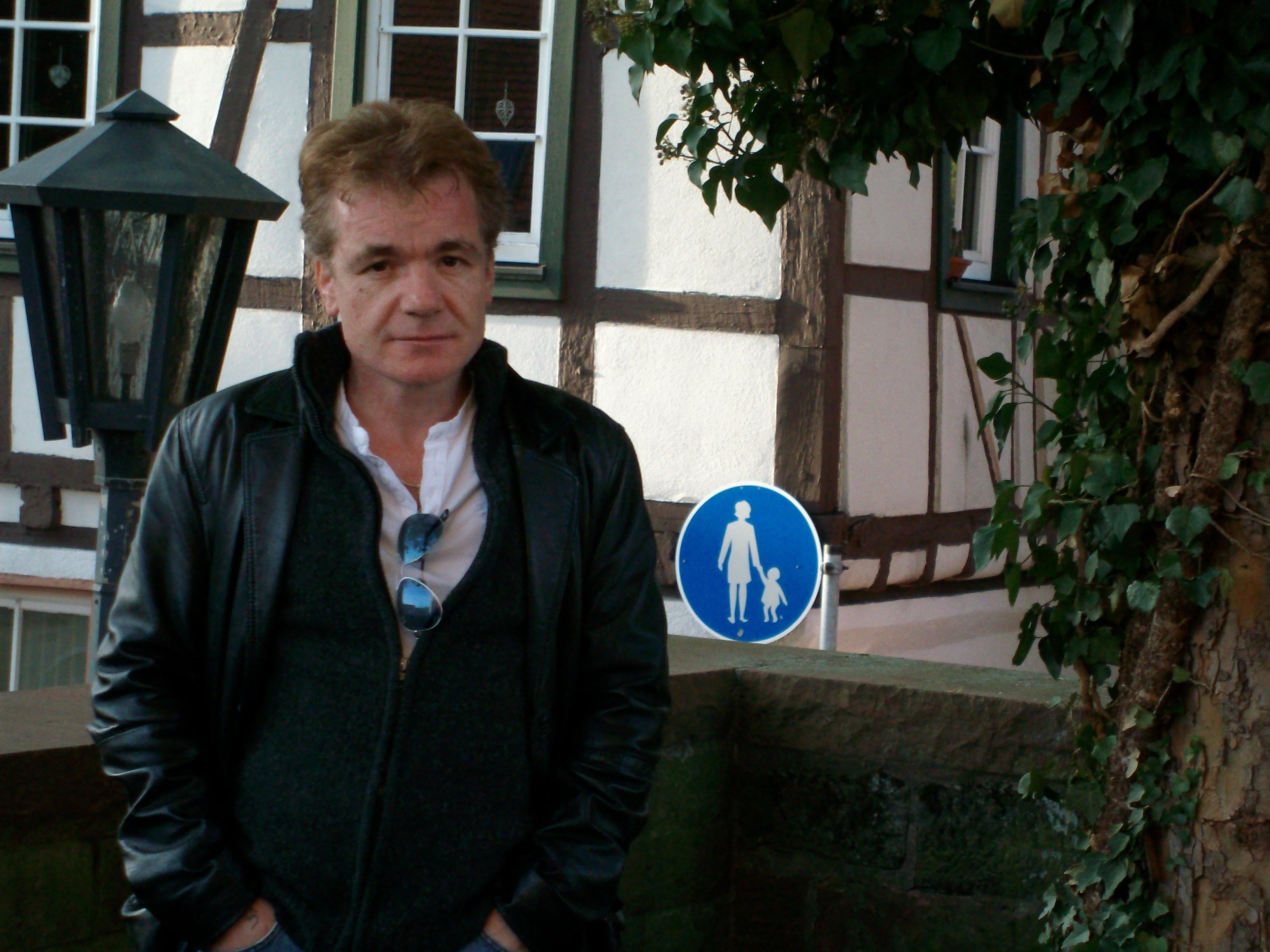 Ältere frau sucht jungen mann frankfurt