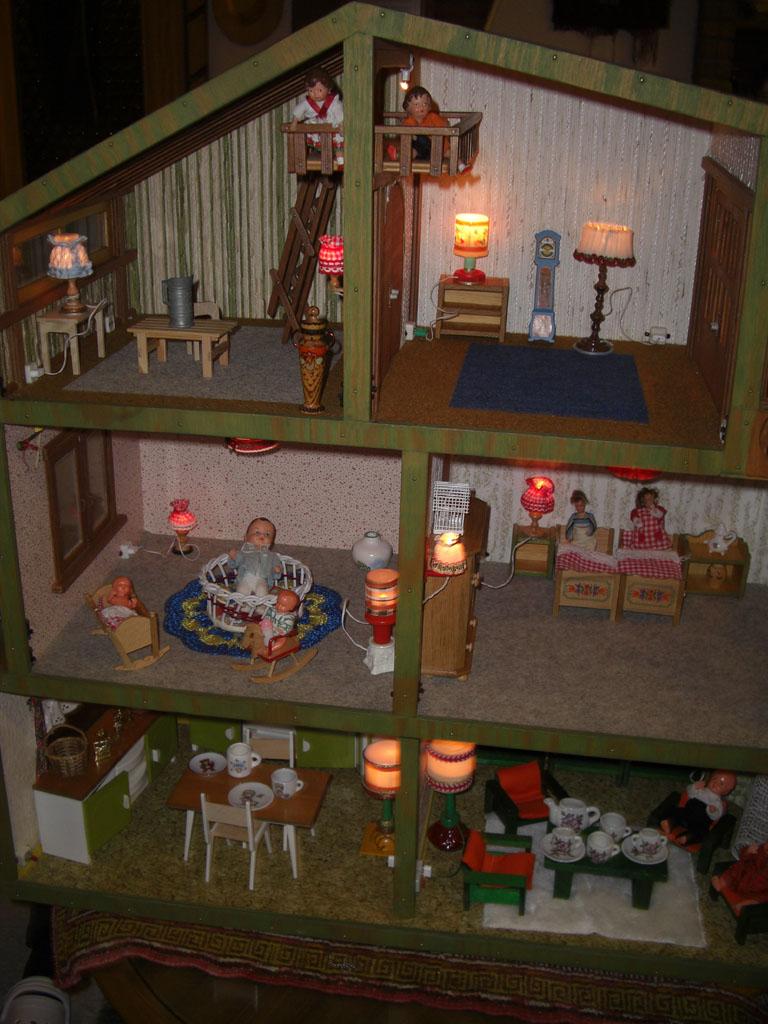 grosses puppenhaus puppenstube mit licht strom handarbeit in taunusstein sammlungen. Black Bedroom Furniture Sets. Home Design Ideas