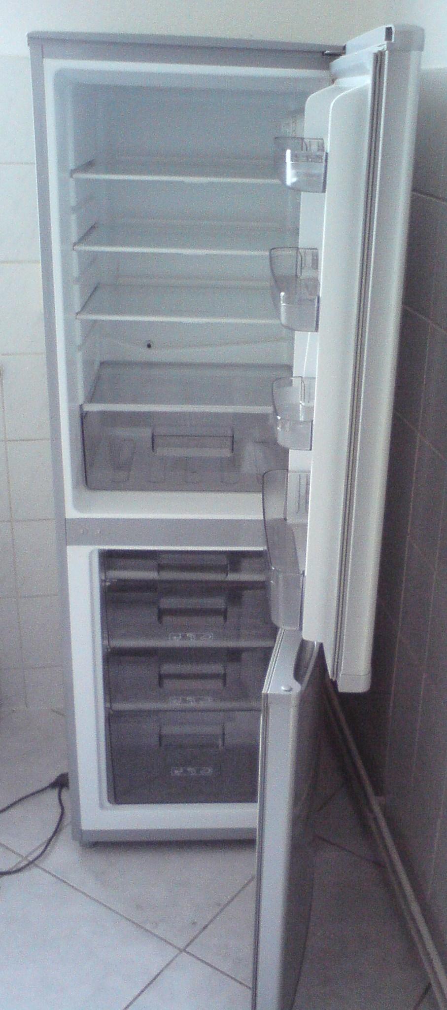 pkm k hl gefrierkombination kg 250 silber defekt in berlin m bel und haushalt kleinanzeigen. Black Bedroom Furniture Sets. Home Design Ideas