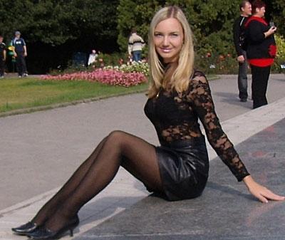 Devote Blonde bei der Reitstunde und Handschellenfick