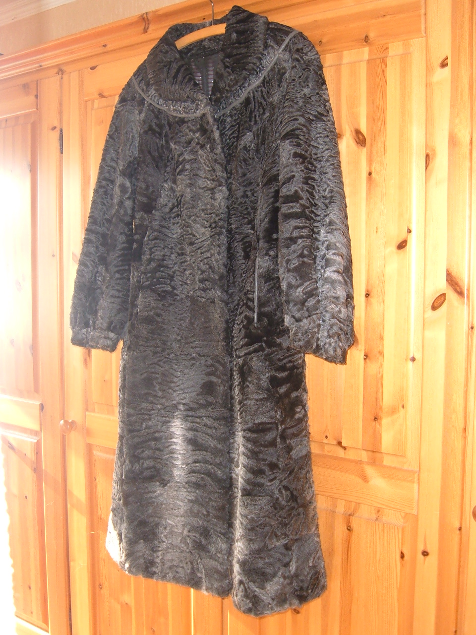 Schwarzer persianer mantel