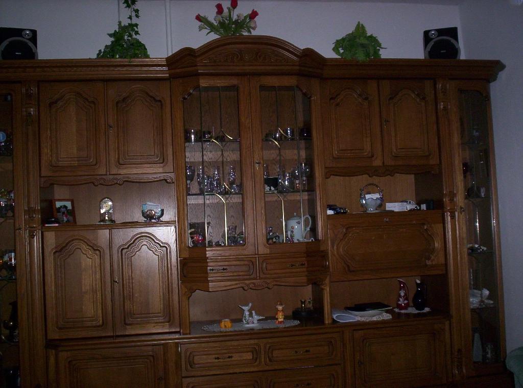 wohnzimmerschrank und couchtische lampe zu verschenken